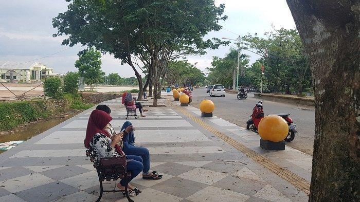 RTH Rantau Baru Dipercantik Dilengkapi Trotoar, Ada Bola Dunia dan Kursi Santai
