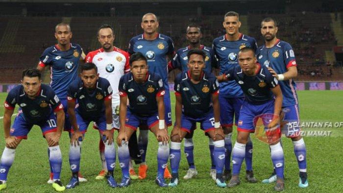 Penyerang Ferdinand Sinaga (depan, kanan) bersama pemain Kelantan FA berpose bersama sebelum laga kontra tuan rumah PKNS FC pada laga pekan kelima Liga Super Malaysia 2018 di Stadion Shah Alam, Selangor, Jumat (9/3/2018) malam.