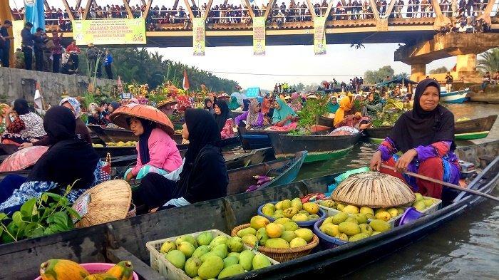BREAKING NEWS - Heboh! Festival Pasar Terapung Lokbaintan Diikuti 558 Jukung, Bule Australia Hadir