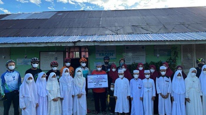 Foto bersama pada kegiatan pemberian bantuan Bank Kalsel kepada pengurus Masjid Jami' Al Yaqin dan Taman Pendidikan Al-Qur'an (TPA) Al Yaqin yang terletak di Kecamatan Kertak Hanyar, Kabupaten Banjar, Sabtu (26/6/2021).