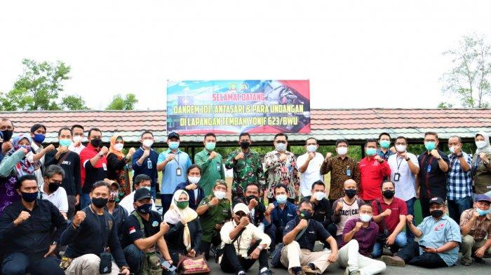 Foto bersama Danrem 101/Antasari dengan Para Insan Pers dan Pimpinan Bank di Kalsel