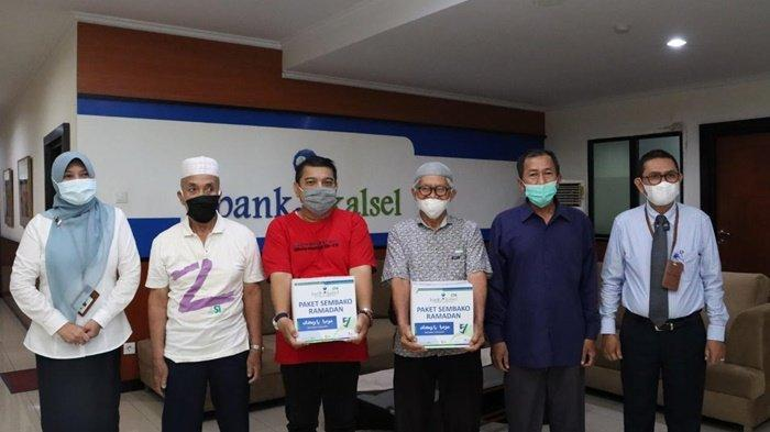 Foto bersama penerima paket dalam Program Mozaik Ramadan dari Bank Kalsel.