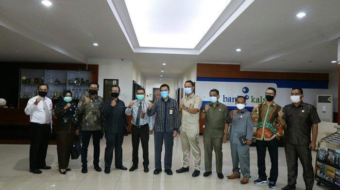 Foto bersama, pimpinan Bank Kalsel dan rombongan DPRD serta Pemkab Tanahlaut.
