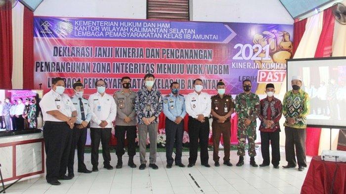 Foto bersama setelah pencanangan zona integritas WBK dan WBBM di lingkungan Aula Lapas Amuntai, Kota Amuntai, Kabupaten Hulu Sungai Utara (HSU),  Kalimantan Selatan.