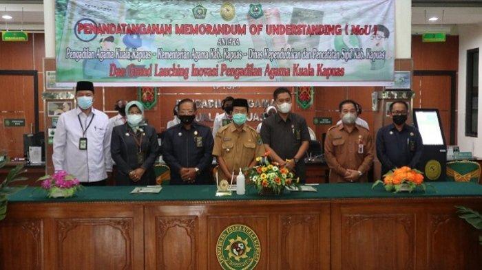 Foto bersama usai penandatanganan Memorandum of Understanding (MoU) antara Pengadilan Agama Kuala Kapuas dengan Kementerian Agama Kabupaten Kapuas dan Dinas Kependudukan dan Pencatatan Sipil Kabupaten Kapuas, Senin (5/7/2021).