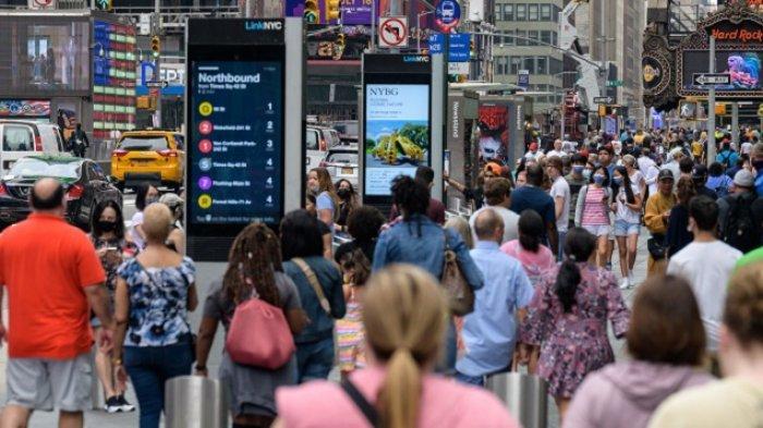 Foto diambil pada 13 Juli 2021. Orang berjalan melalui Times Square di New York City. Pembayaran stimulus besar-besaran pemerintah AS selama pandemi Covid-19 tahun lalu meningkatkan pendapatan rumah tangga dan menurunkan bagian orang Amerika yang hidup dalam kemiskinan, menurut analisis data pemerintah yang dirilis Selasa.