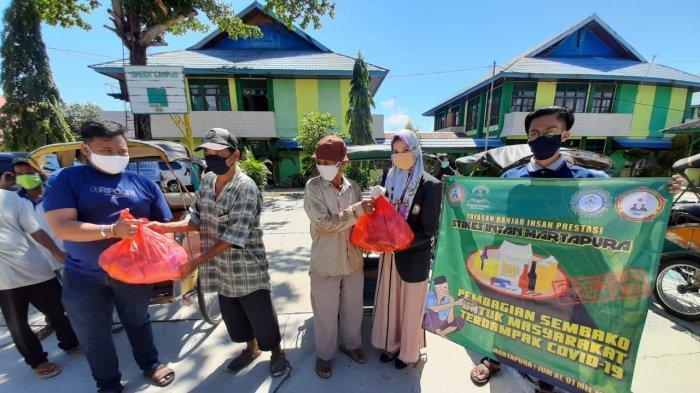 Warga Sekitar Stikes Intan Martapura Terima Bantuan Sembako