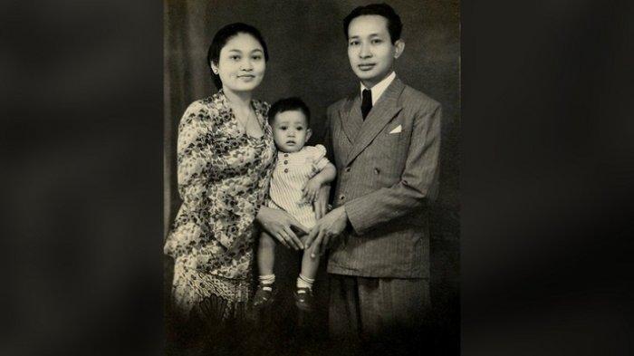 Foto kenangan <a href='https://manado.tribunnews.com/tag/mbak-tutut' title='MbakTutut'>MbakTutut</a> bersama orangtuanya, <a href='https://manado.tribunnews.com/tag/presiden-soeharto' title='PresidenSoeharto'>PresidenSoeharto</a> dan Tien Soeharto.