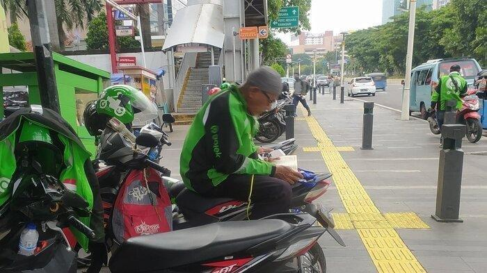 VIRAL Driver Ojol Khusyuk Baca Alquran saat Menunggu Orderan, 'Subhanallah Sehat Terus Ya Beh'