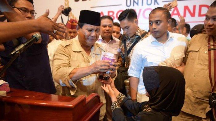Prabowo Tahan Tangis Saat Terima Celengan Gadis Kecil, Jawa Gendis : Biar Bapak jadi Presiden