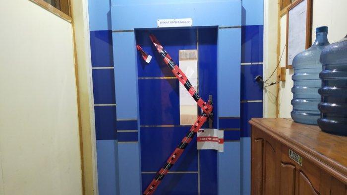 Garis pembatas KPK berwarna merah terpasang menyilang di depan pintu ruang kerja Plt Kepala Dinas PU HSU