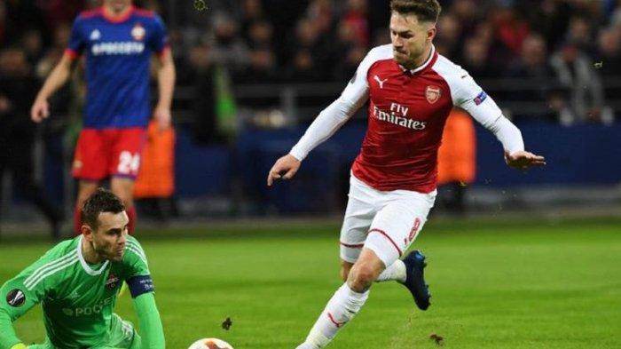 Gelandang Arsenal, Aaron Ramsey, mencoba menaklukkan penjaga gawang CSKA Moskva, Igor Akinfeev, pada pertandingan perempat final Liga Champions di VEB Arena, Kamis (12/4/2018). (AFP/KIRILL KUDRYAVTSEV)