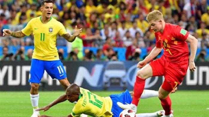 Gelandang Belgia, Kevin De Bruyne, melewati pengawalan dua pemain Brasil, Philippe Coutinho dan Fernandinho, pada pertandingan babak 8 besar atau perempat final Piala Dunia 2018 di Kazan Arena, 6 Juli 2018.