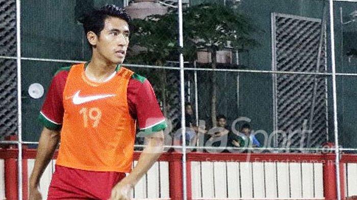 Gelandang Timnas U-23 Indonesia, Hanif Sjahbandi, melakukan pemanasan di laga uji coba melawan Timnas.