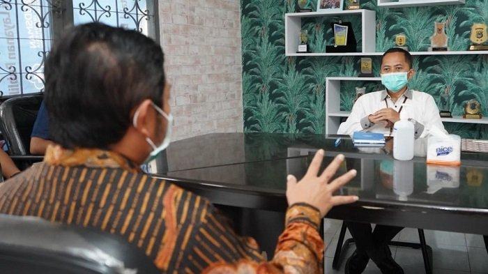 General Manager PLN Kalselteng Tonny Bellamy berbincang dengan Kepala Ombudsmen RI Perwakilan Kalsel Hadi Rahman.