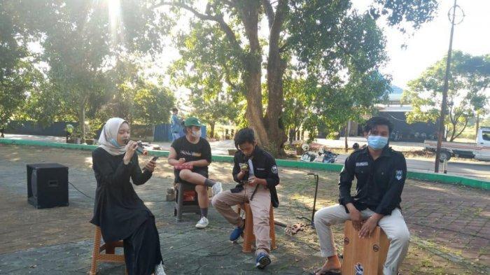 Gerakan Lestari Seni (Gelas) Budaya Tapin bersama Kerukunan Mahasiswa (KM) Tapin gelar musik tradisional saat ngabuburit menunggu buka puasa di kawasan Ruang Terbuka Hijau (RTH) Rantau Baru.