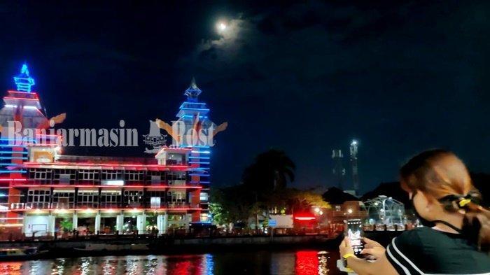 Fenomena Gerhana Bulan Total, Warga Banjarmasin Ini Menyaksikan dari Taman Siring Nol Km