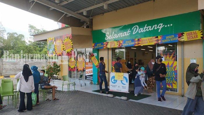 Informasi yang menjelaskan seputar diskon besar besaran terpampang di pintu masuk Giant Store di Loktabat Banjarbaru Kalsel, Minggu (30/5/2021).