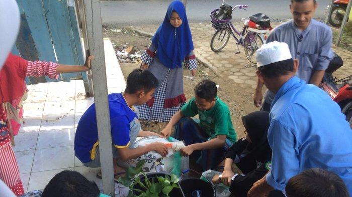 Mahasiswa PSKM Fakultas Kedokteran ULM Ajak Masyarakat Desa Loktangga Sulap Sampah Jadi Kompos
