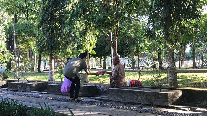 Anggota CRC dan SOGIBS atau MPK dan OSIS SMA Global Islamic Boarding School (GIBS) Kalimantan Selatan membagikan takjil kepada duafa.