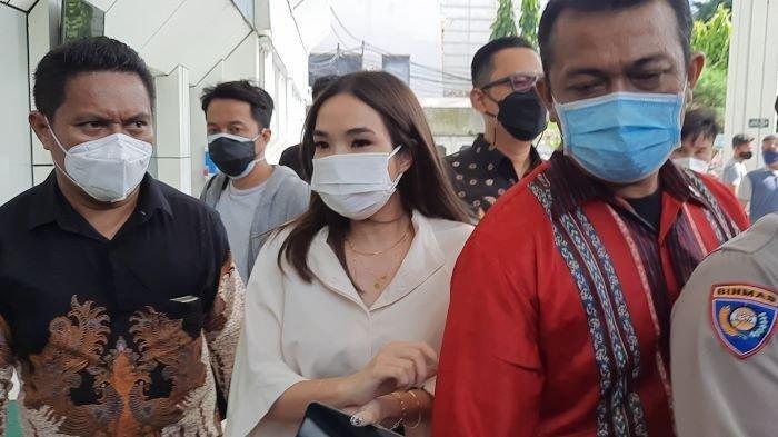 Gisella Anastasia saat tiba di Pengadilan Negeri Jakarta Selatan, Selasa (23/3/2021). Gisella Anastasia dan Michael Yukinobu, dua tersangka kasus pornografi, bertemu dalam sidang perkara penyebaran video syur mereka.