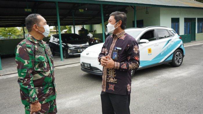 General Manager PLN Kalselteng Tonny Bellamy berbincang dengan Komandan Korem 102/Panju Panjung Brigjen (TNI) Purwo Sudaryanto, Kamis (6/5/2021).