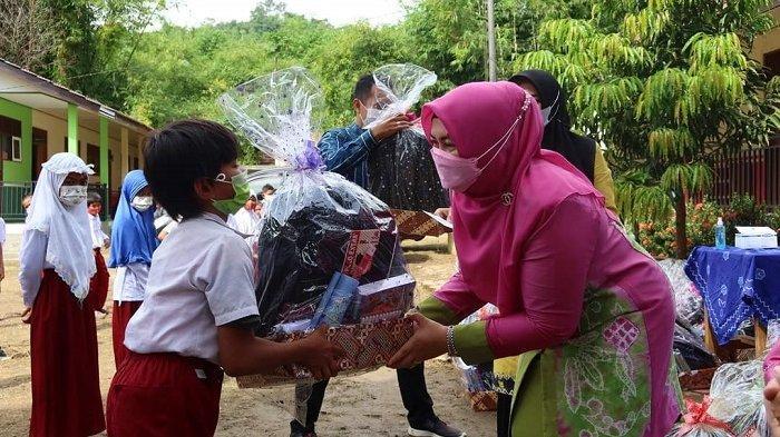 Jelang Pembelajaran Tatap Muka, 52 Anak di Kecamatan Loksado Terima Bantuan GNOTA HSS