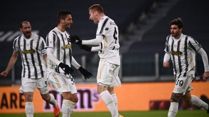 Penyerang Juventus Dejan Kulusevski (dua dari kanan) merayakan gol yang dicetaknya ke gawang Genoa pada laga babak 16 besar Coppa Italia 2020-2021 di Stadion Allianz, Rabu (13/1/2021) atau Kamis dini hari WIB.