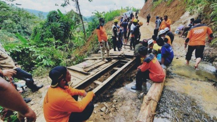 Gotong royong membangun jembatan  di Desa Datar AJab dan Rantau Parupuk, Barabai HST.