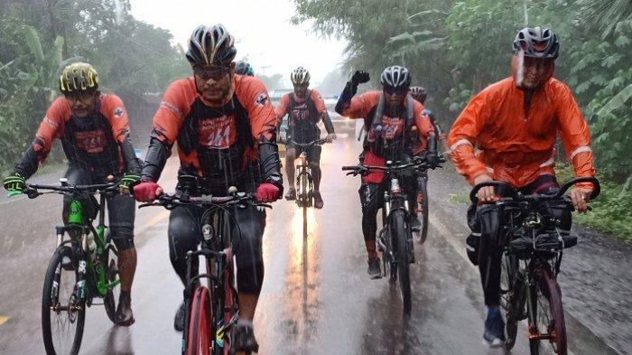 Ketika Goweser Polres HSU Tempuh Rute HSU-Banjarbaru, Kapolres Rela Hujan-hujanan