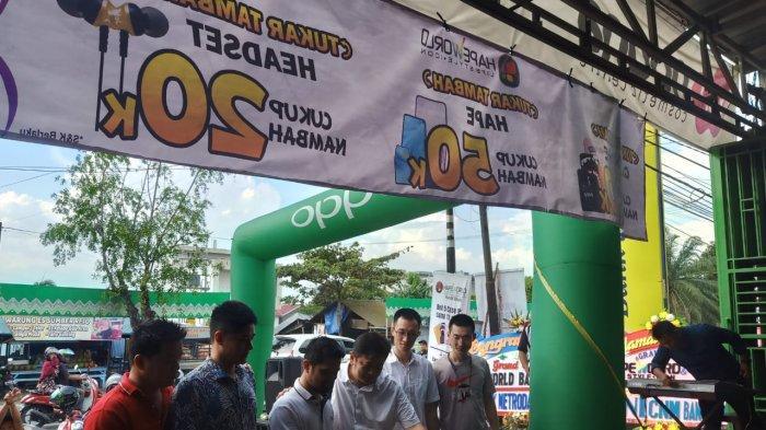 Hapeworld & Noona Cosmetics Centre Buka di Handil Bakti, Ada Handphone Rp 99.000, Kosmetik Diskon?