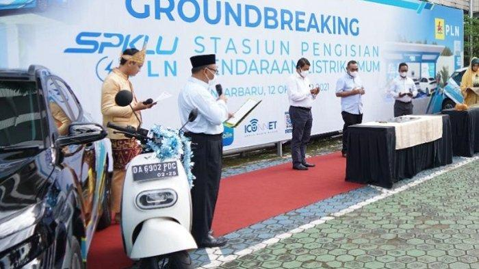 SPKLU - Penandatanganan Prasasti Groundbreaking SPKLU oleh Direktur Bisnis PLN Regional Sumatra dan Kalimantan, Muhammad Ikbal Nur, di Kantor PLN UIW Kalselteng, Banjarbaru, Selasa (12/10/2021).