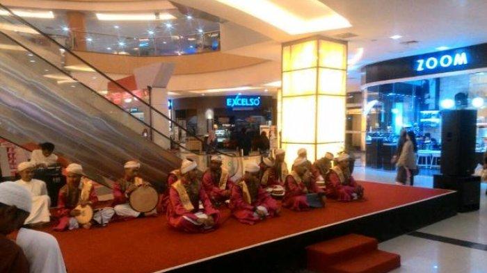 Grup Ahbabul Mustofa melantunkan shalawat nabi, di Q Mall Banjarbaru