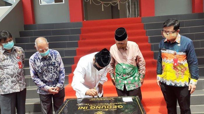 Gubernur Kalimantan Selatan, H Sahbirin Noor, membubuhkan tanda tangan di prasasti di kampus Stikes Borneo Lestari, Banjarbaru, Kamis (10/9/2020).