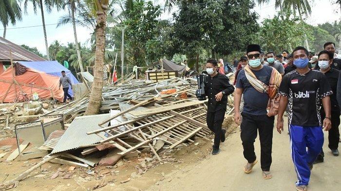 Kunjungi Korban Banjir Kalsel, Malam Hari Gubernur Antarkan Bantuan ke Datar Ajab HST