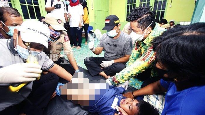 Gubernur Kalsel, H Sahbirin Noor yang akrab dipanggil Paman Birin, ikut bantu petugas yang mengkhitan seorang anak di Kecamatan Kertak Hanyar, Kabupaten Banjar, Kamis (10/9/2020).