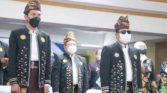 Gubernur Kalimantan Selatan (Kalsel), H Sahbirin Noor, Bupati H Saidi Mansyur, Sekda HM Hilman, saat mengikuti upacara Hari Jadi ke-71 Kabupaten Banjar di Mahligai Sultan Adam, Kota Martapura, Jumat (3/9/2021).
