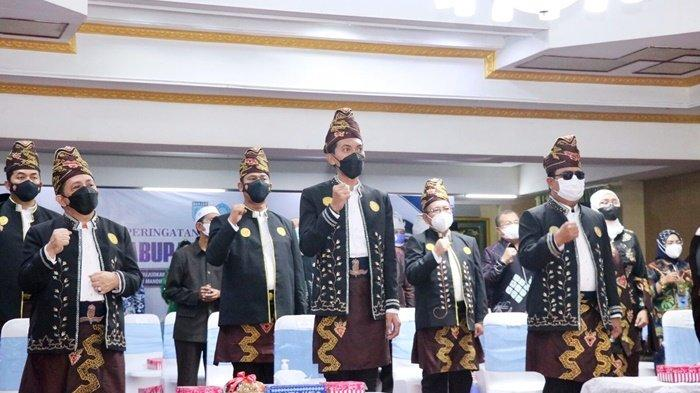 Gubernur Kalimantan Selatan (Kalsel), H Sahbirin Noor, Bupati H Saidi Mansyur, Wakil Bupati H Said Idrus Alhabsyi, serta para pejabat daerah mengikuti upacara Hari Jadi ke-71 Kabupaten Banjar di Mahligai Sultan Adam, Kota Martapura, Jumat (3/9/2021).
