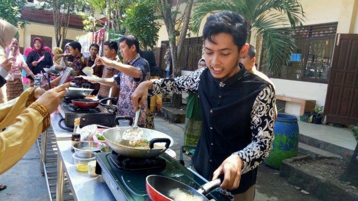 Peringati Hari Kartini, Keseruan Lomba Masak Nasi Goreng Para Guru Pria SMKN 4 Banjarmasin