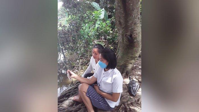 Guru PAUD di Kabupaten Murung Raya Cair Sinyal dI Tengah Banjir