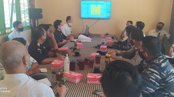 H Junaidi, waket Komisi 2 DPRD Tala (tengah, kedua kanan) mengikuti rapat dengan pihak terkait membahas aktivitas nelayan cantrang dari luar pulau di kantor DKPP Tala, Rabu (13/10) siang.