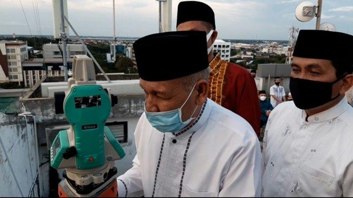 Kepala Kanwil Kemenag Kalsel, H Noor Fahmi saat memamtau hilal dalam rangka penentuan 1 syawal 1441 H.