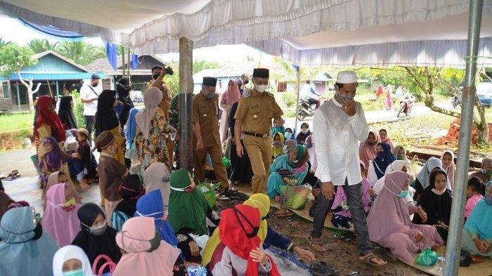 H Rahmadian Noor, Wakil Bupati Batola saat menghadiri Peringatan Isra Miraj, di Desa Banyiur, Kecamatan Anjir Pasar