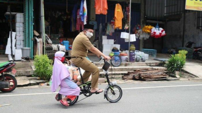 Kagum Bocah Rahmatiah Hafal Surah An Naba, Bupati Tanahbumbu Sudian Noor Langsung Belikan Sepeda