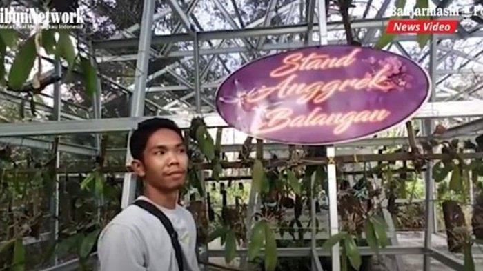 Hamzalah di depan tempat penangkaran anggreknya, Desa Karya, Kecamatan Halong, Kabupaten Balangan, Provinsi Kalimantan Selatan, Minggu (25/7/2021).