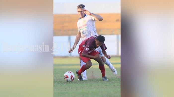 Striker PSIM Jogja Christian Gonzales (kaus putih) tak berkutik dan tidak bisa mencetka gol saat melawan MartapuraFC di Liga 2, Selasa (8/10/2019).