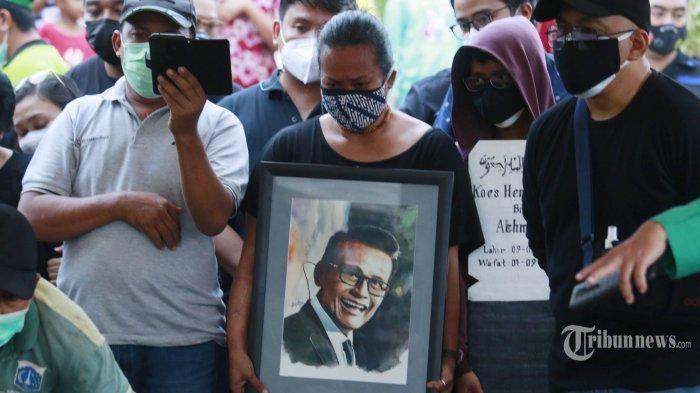 Bonita saat memegang foto sang ayah Koes Hendratmo saat pemakaman