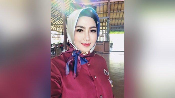 Desainer Banua Hj Cathrine Bangga TampilkanRed of Sasirangan di Ajang Indonesia Fashion Week