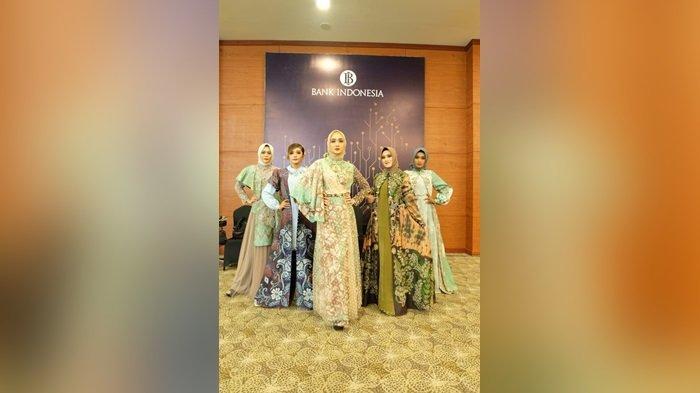 Busana rancangan Hj  Catherine saat fashion secara online di BI