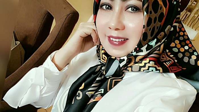 Hj Cathrine Ambar Sari : Pipi Chubby Pilih Model Hijab Pashmina